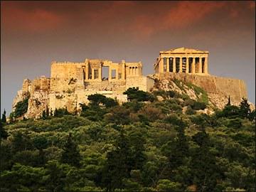 Turismo de Atenas: Acrópolis de Atenas. Al pie, a la izquierda, el teatro de Herodes Ático.